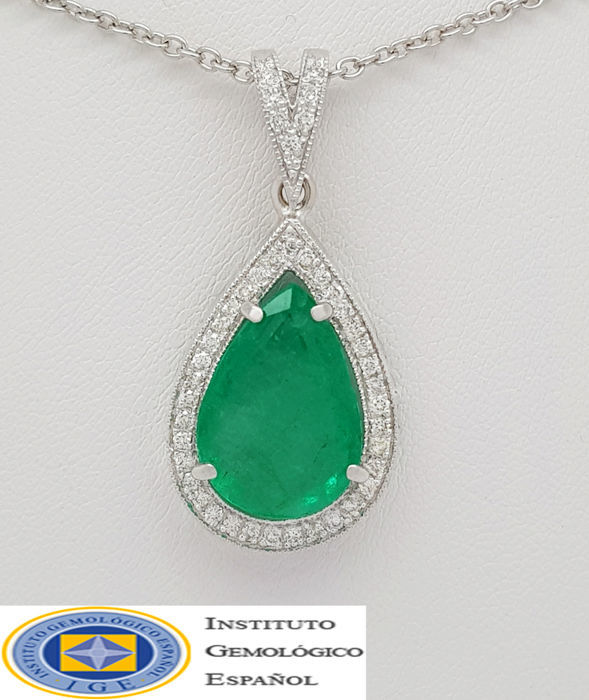 Pendant Emerald 4,55ct. met 38 round diamonds total 0,57ct. in 18ct.wit goud . – ontworpen door de Spaanse Designer C.K. SANDU