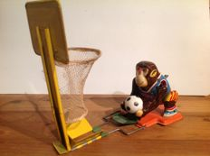 "TPS, Japan - Length: 11 cm - Tin ""Monkey Basketball Player"" with wind-up drive, 60s"