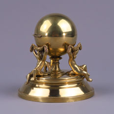 Brass inkwell in the form of a globe - carried by putti - Flemish or France - 2nd half of 19th century