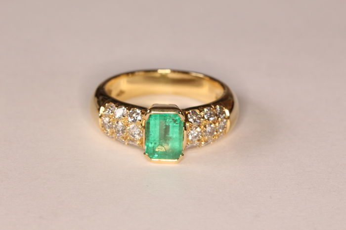 18 kt yellow gold ring with Columbian emerald and diamonds of 0.54 ct