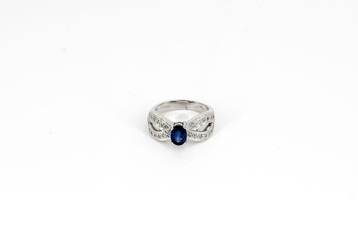 18 kt White Gold Ring with Sapphire & Diamonds; Ring size: 55