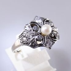 18 kt gold Art Nouveau ring with 0.62 ct old cut diamonds and a pearl set in platinum