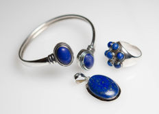 Silver set consisting of bracelet, pendant and ring with lapis lazuli