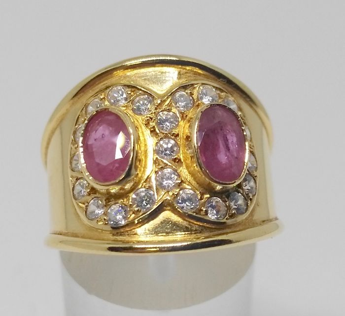 Cocktail ring of 18 kt yellow gold with rubies and zirconias - interior measurement 18 mm