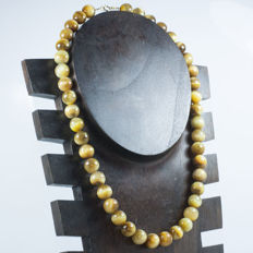 Necklace of golden Tiger's eye with clasp and timmings of 18 kt Gold