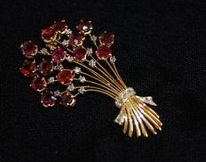 Yellow gold vintage brooch with diamonds and red garnets