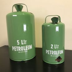 Beautiful set enameled bright green petroleum cans - 5 & 2 litre - Dutch patent 69589 - 33 cm high - Ca. 1950s