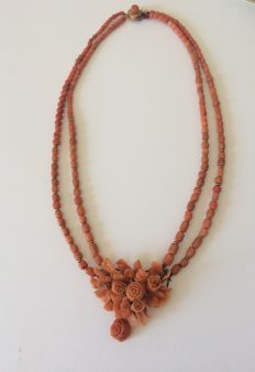 Antique coral necklace with pendant and clasp in 18 kt gold