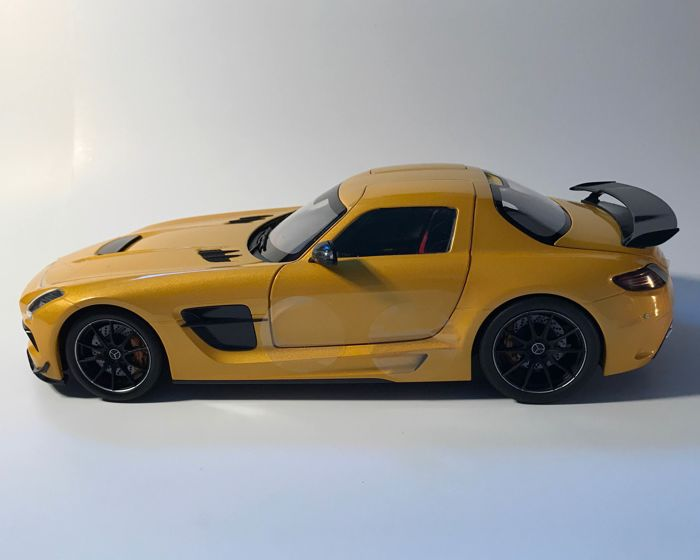Minichamps - Schaal 1/18 - Mercedes-Benz SLS AMG Coupé - kleur: Solarbeam gold metallic
