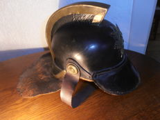 Leather fire helmet with copper crest, copper fittings and with complete coat of arms/emblem