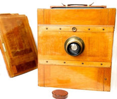 Beautiful wooden folding camera with Goertz 240 mm brass lens F 6 and plate holder 18 x 24 cm exposure