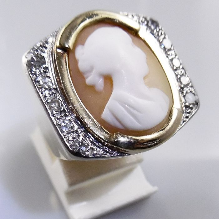 18 kt and platinum Tank ring with shell cameo and 0.40 ct diamond, H-SI-, 11.7 grams, ring size 16.25 mm (51)