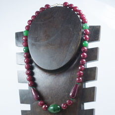 Necklace of Ruby and Emerald with  centrw tih clasp and trimmings of 18 kt Gold