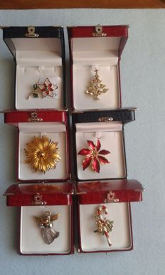 6 Vintage American brooches in gift cases