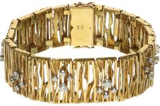 18 kt - Yellow gold Scandinavian design bracelet set with 36 round brilliant cut diamonds of 2.79 ct in total. The bracelet is 2.1 cm wide - Length: 19.2 cm