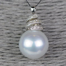 750 gold South Sea pearl pendant with diamonds