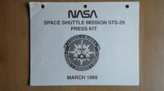 Press Kit STS-29 shuttle en 2 foto's