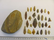 28x Neolithic arrowheads 20/44 mm and 1x grindstone - 110-65 mm (29)