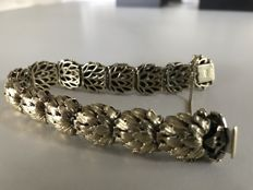 14 kt gold bracelet, links made of leaves, with a safety chain and a figure-eight safety catch.