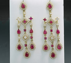 A pair of opulent ruby brilliant earrings, totalling 7.52 ct, 750 yellow gold ---no reserve!---