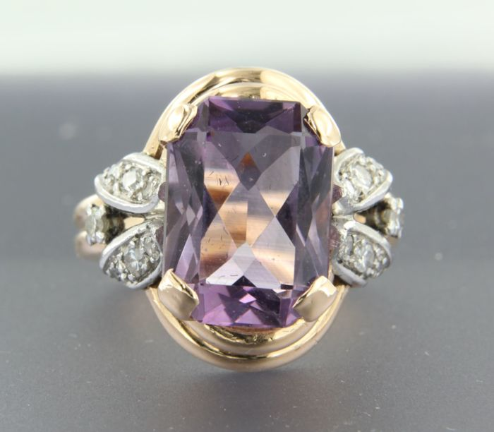 950 platinum ring set with 5.80 ct emerald cut amethyst and 2 old Amsterdam cut and 12 single cut diamonds of approx. 0.37 ct in total