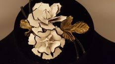 Lisner vintage large white enamel flower brooch New York 1950-1955