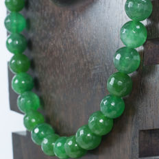 Emerald necklace with 18 kt gold clasp and details - Length 47 cm