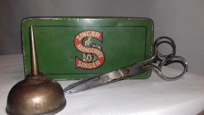Vintage Singer tin box nr 103, Singer scirsops and lubricant