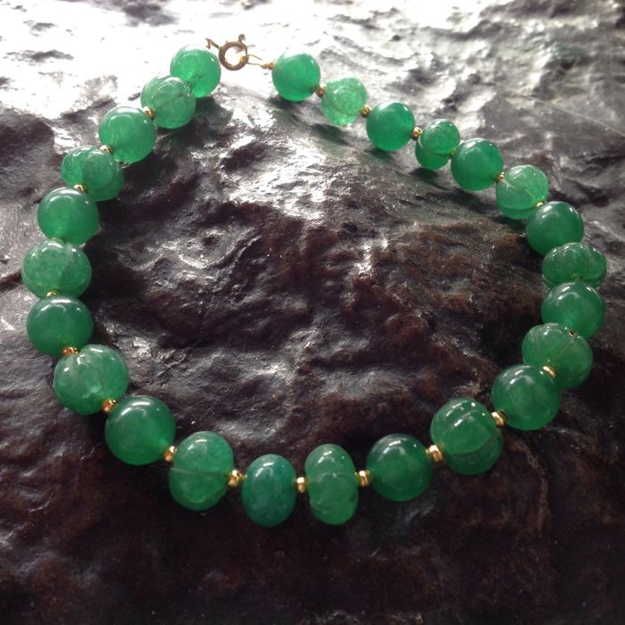 Bracelet made of faceted emerald, with a yellow gold, 18 kt / 750 clasp, length 22 cm.