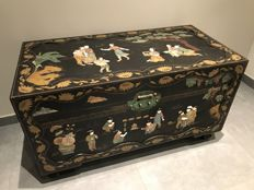 Blanket chest with propaganda scene from the time of Mao - China - circa 1955