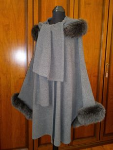 Poncho/cape in wool with luxury fox fur