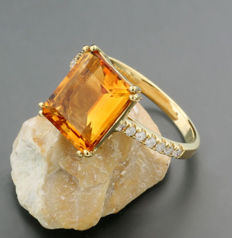 Citrine brilliant ring 3.79 ct in total, an orange-coloured citrine, 750 yellow gold --- no reserve price ---