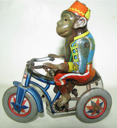 Arnold, US Zone Germany - Length 9 cm - Tin wind-up Monkey on Tricycle, 1950s