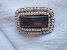 9ct yellow gold and split pearl mourning brooch dated 1820