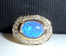 Solid ring made of 14 kt/585 gold with 1.5 ct Australian crystal opal + 0.40 ct diamonds/diamond cut - ring size 56-57
