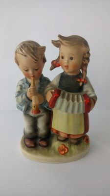 Goebel Hummel Figurine 218 2/0, 'Birthday Serenade'