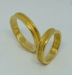 18k yellow gold pair of wedding rings - sizes 48,5 & 59