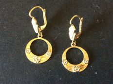 Earrings in 18 kt yellow gold with three little white gold flowers