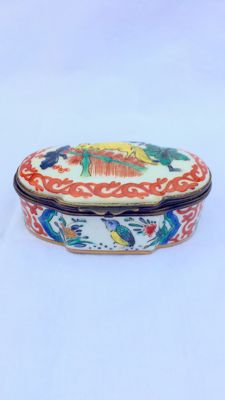 Samson - Porcelain snuff box with copper frames, 'Chantilly' decor,