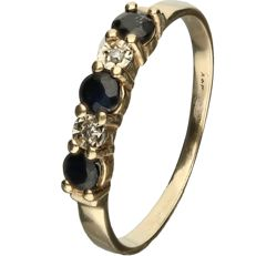 14 kt Yellow gold ring with sapphire and two brilliant cut diamonds, approx. 0.02 ct in total, set in a row - ring size: 18 mm