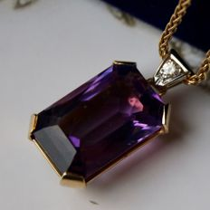 14K Gold pendant with a natural Amethyst of ca. 13 carat in intensive violet colour and brilliant cut diamond, ca. 1940-1950