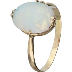 14 kt – Yellow gold ring set with an oval cabochon cut white opal - Ring size: 17.75 mm