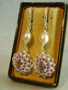 Earrings with facetted amethyst of 6 ct and lavender-coloured cultivated pearls