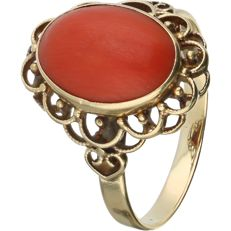 14 kt Yellow gold ring set with an oval cabochon cut precious coral - Ring size: 20.25 mm