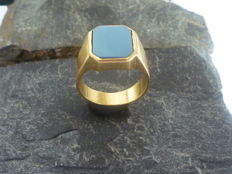 Stunning signet style 18 kt gold ring with light blue cobalt centre stone, total weight 9.5 g. Size: 22 mm interior diameter