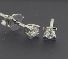 14 kt white gold solitaire ear studs set with brilliant cut diamond approx. 0.12 carat in total