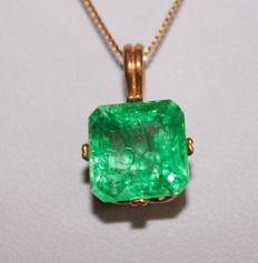 Silver pendant with natural Emerald of 6.57 ct (with certificate) - Length: 40.5 cm ***No Reserve Price***