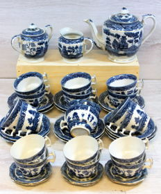 "Unmarked, Collection ""Blue Willow"" Chinese coffee/tea set, 39 parts"