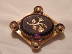 18 kt gold brooch with amethyst and tiny pearls