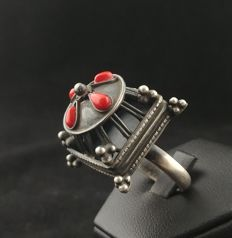 Antique silver ring with coral - Afghanistan, second half of 20th century